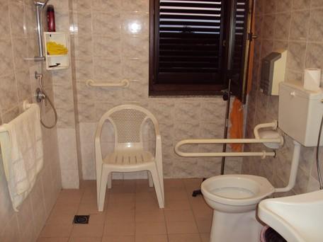 Dimensioni minime wc disabili bagno per disabili - Arredo bagno per disabili ...